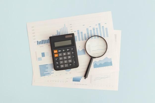 Graphiques d'affaires graphiques loupe et calculatrice sur table développement financier