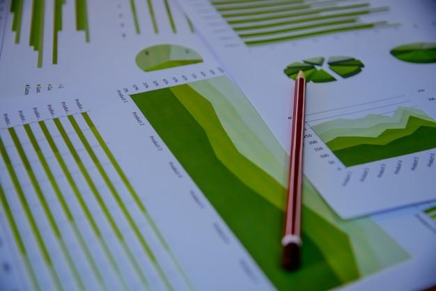Graphiques colorés, diagrammes, recherche marketing et rapports annuels d'affaires, projet de gestion, planification budgétaire, concepts financiers et éducatifs