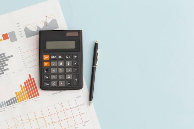 Graphiques commerciaux, tableaux et calculatrice sur table. développement financier, compte bancaire, statistiques