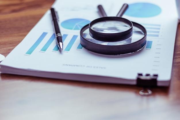 Graphiques et graphiques sur l'écran du téléphone et performances statistiques de l'entreprise.