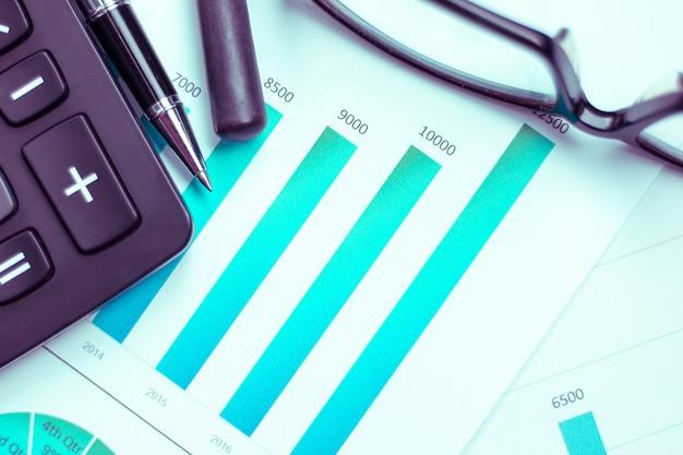Des graphiques et des graphiques sont placés sur les bureaux, les données et les performances statistiques