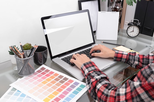 Graphiste artiste créatif travaillant sur ordinateur au bureau dans le bureau.