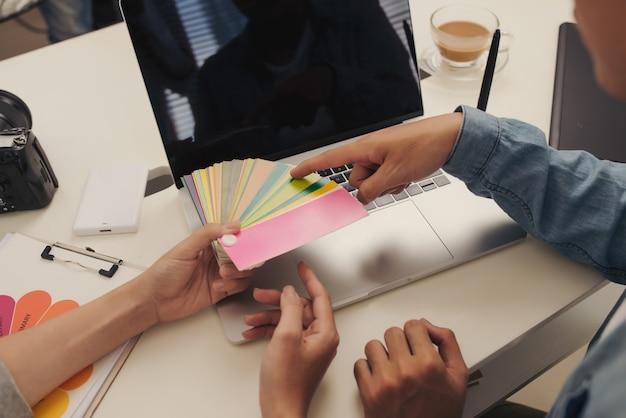 Graphiste au travail. échantillons d'échantillons de couleur.
