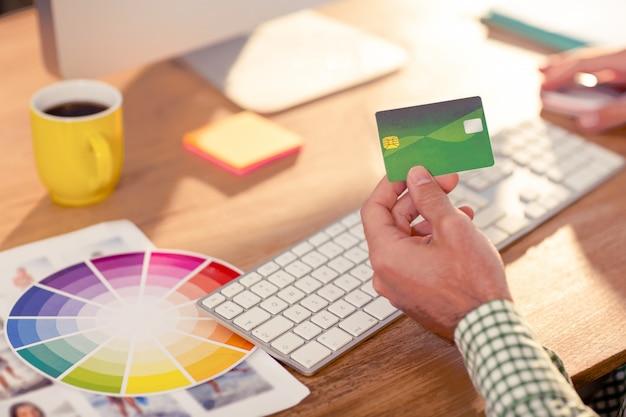 Graphiste faisant des achats en ligne