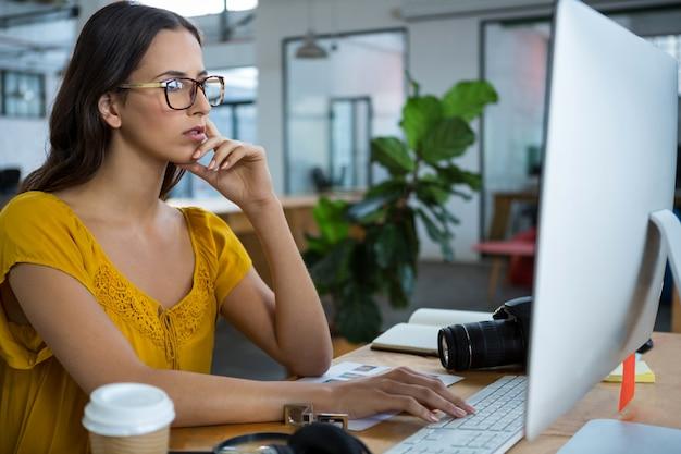 Graphiste femme travaillant sur ordinateur