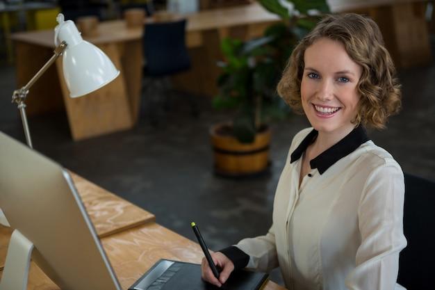 Graphiste femme utilisant une tablette graphique