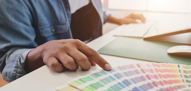 Graphiste mâle ébréchant les couleurs de son projet