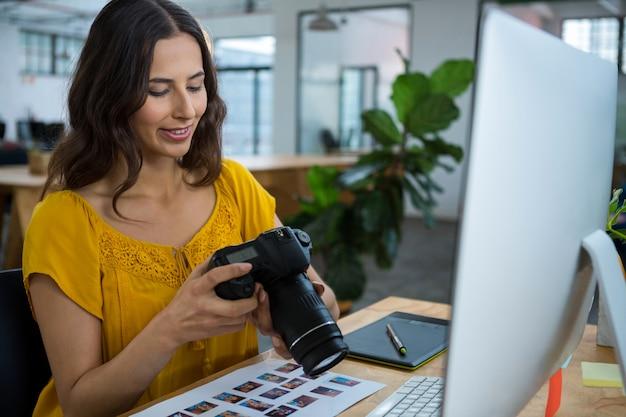 Graphiste regardant des images dans un appareil photo numérique