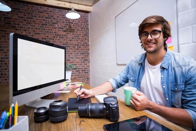 Graphiste souriant travaillant au bureau