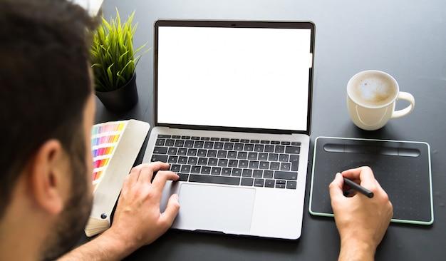 Graphiste travaillant sur ordinateur portable