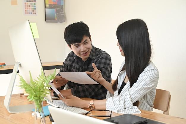 Graphiste travaillant et rencontrant un ordinateur, ils démarrent un nouveau projet.