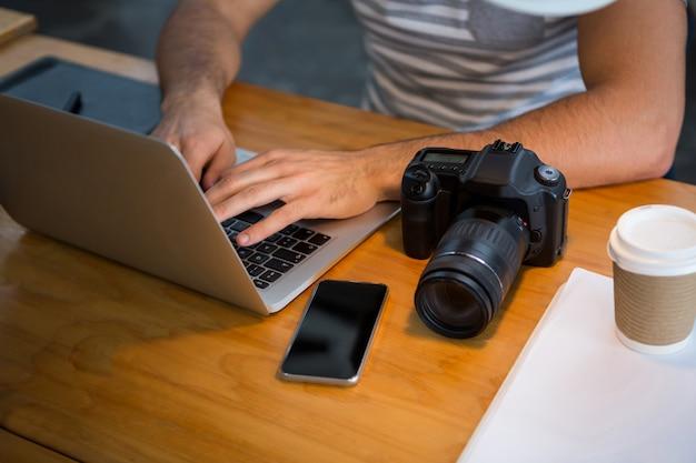 Graphiste utilisant un ordinateur portable au bureau de création