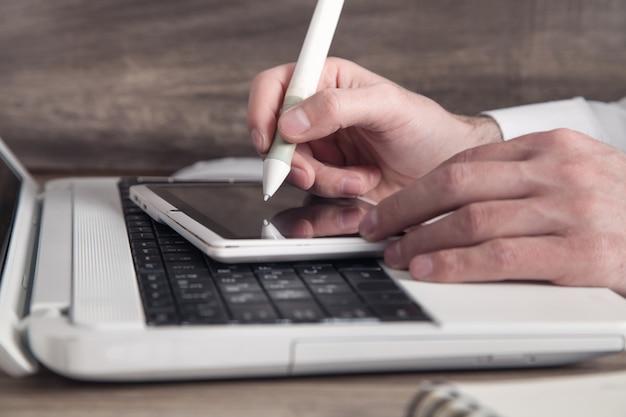 Graphiste utilisant un ordinateur tablette au bureau