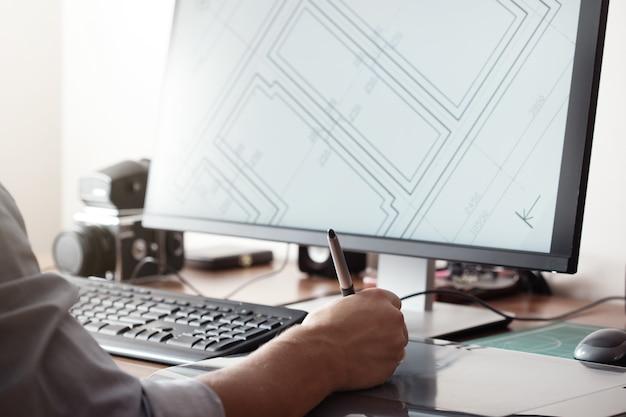 Graphiste utilisant une tablette numérique et un ordinateur au bureau ou à la maison. processus créatif. des gens au travail.