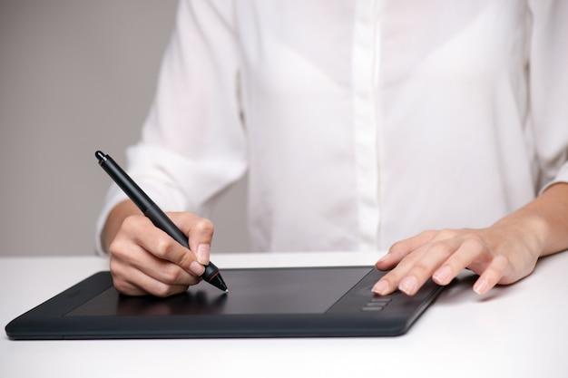 Graphiste utilisant une tablette