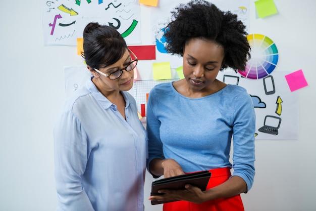 Graphistes féminins utilisant une tablette graphique