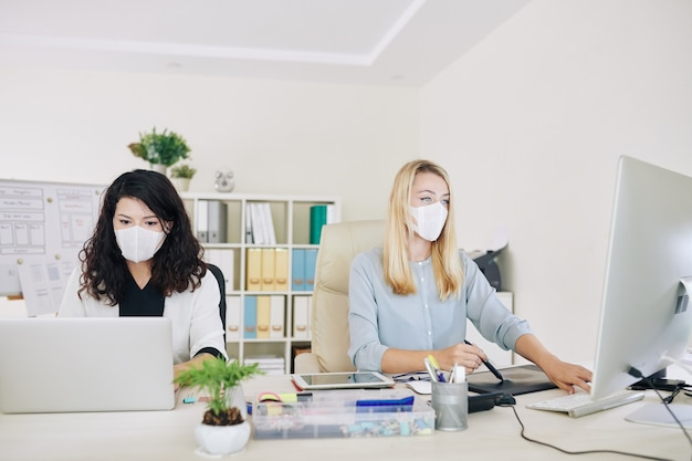 Graphistes travaillant dans les masques médicaux