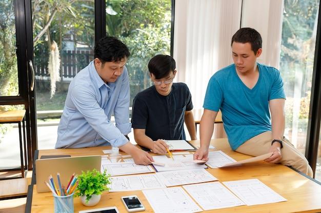 Les graphistes travaillent avec le cadre de mise en page de modèle d'application de planification ux ui designer pour téléphone mobile