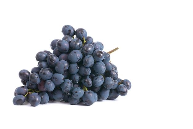 Grappe de raisin rouge isolé sur fond blanc