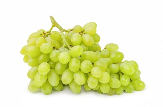 Grappe de raisin vert isolé sur une surface blanche