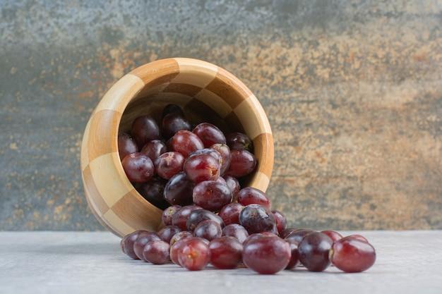 Grappe de raisins violets frais hors du seau