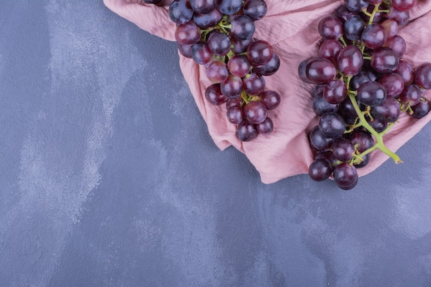 Grappes de raisin sur un morceau de torchon