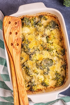 Gratin de brocoli dans un plat allant au four, vue du dessus.
