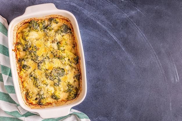 Gratin de brocoli dans un plat allant au four
