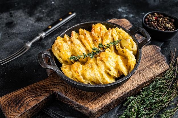 Gratin de pommes de terre dauphinois dans une casserole. vue de dessus.