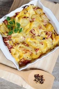 Gratin de pommes de terre traditionnel français de savoie