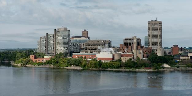 Gratte-ciel au bord de l'eau, rivière des outaouais, ottawa, ontario, canada