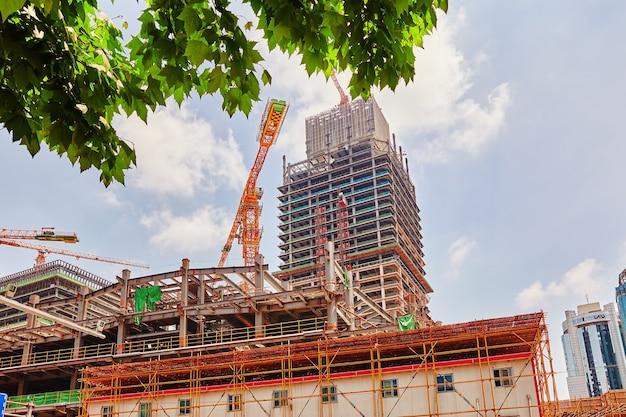 Gratte-ciel bâtiment en construction en journée d'été.