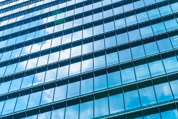 Gratte-ciel de bel immeuble d'architecture avec motif de verre de fenêtre