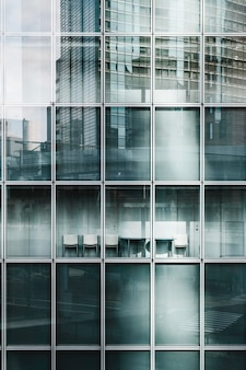 Gratte-ciel de bureau avec façade en verre