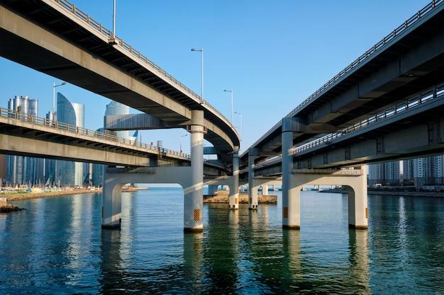 Gratte-ciel de busan et pont de gwangan, corée du sud