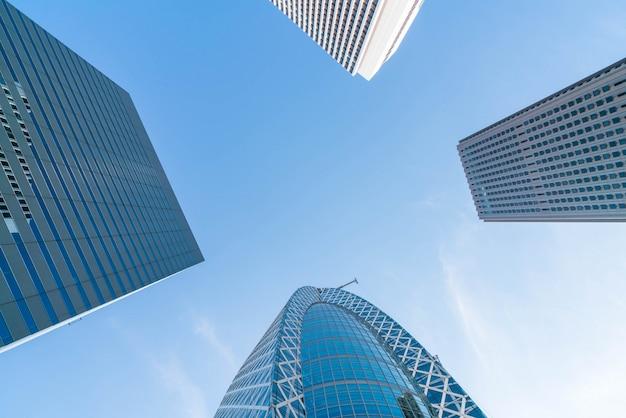 Les gratte-ciel et le ciel bleu - shinjuku, tokyo