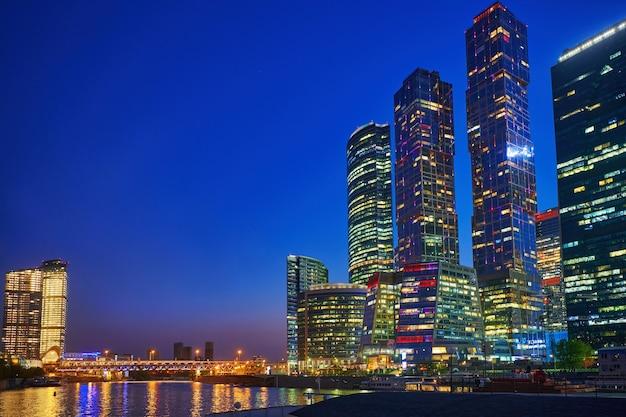 Gratte-ciel du centre d'affaires de la ville de moscou à moscou en soirée, russie. centre-ville illuminé. architecture et monument de moscou