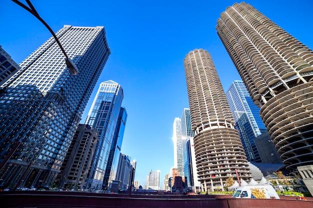 Gratte-ciel du centre-ville de chicago, femme regardant par la fenêtre