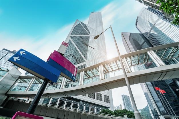 D'un gratte-ciel à faible angle dans les villes chinoises modernes