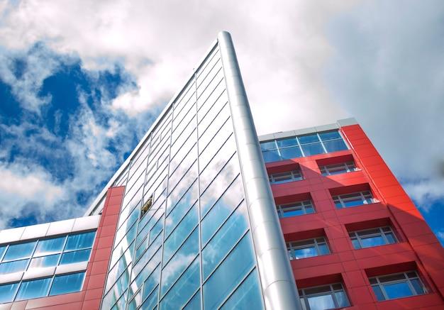 Gratte-ciel avec fenêtres en miroir et ciel bleu clair