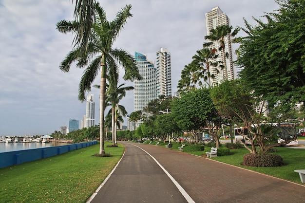 Gratte-ciel sur le front de mer de la ville de panama, amérique centrale