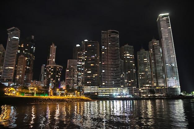 Gratte-ciel sur le front de mer de la ville de panama la nuit, en amérique centrale
