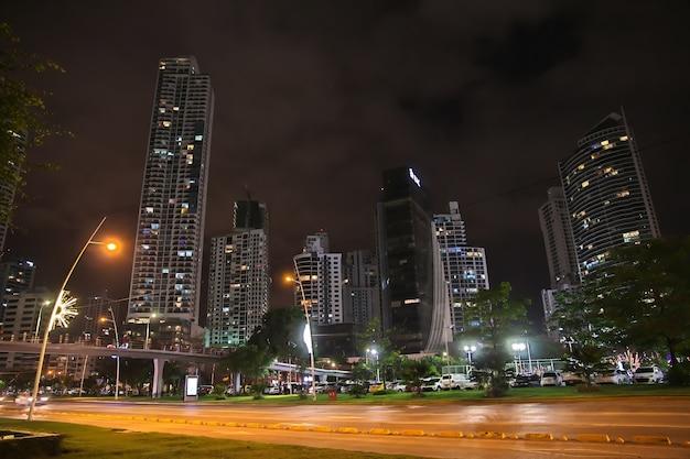Gratte-ciel sur le front de mer de la ville de panama la nuit, amérique centrale