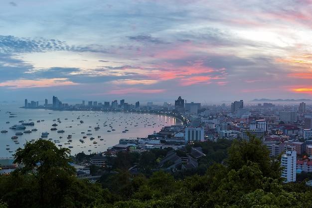 Le gratte-ciel de l'immeuble au crépuscule.la ville de pattaya est célèbre pour le sport de mer