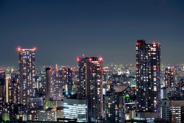 Gratte-ciel avec immeuble de bureaux moderne avec des paillettes lumineuses dans le centre économique du quartier de tokyo