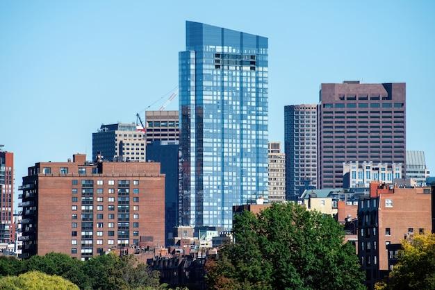 Gratte-ciel modernes avec façade en verre à boston