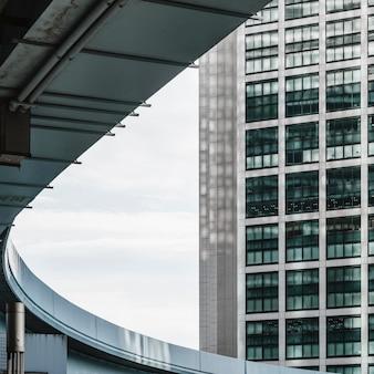 Gratte-ciel modernes avec fenêtres