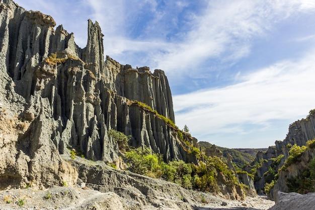 Gratte-ciel en pierre de putangirua pinnacles. île du nord, nouvelle-zélande