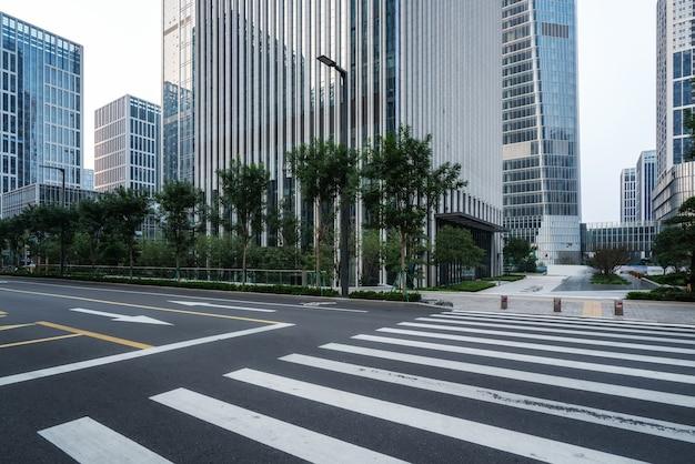 Gratte-ciel et routes denses
