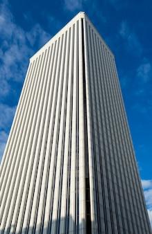 Gratte-ciel de la tour picasso parmi les 10 bâtiments les plus hauts de madrid, espagne